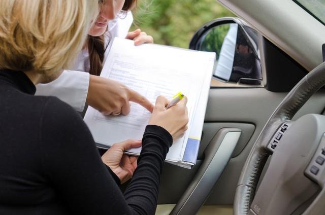 женщина подписывает бумаги