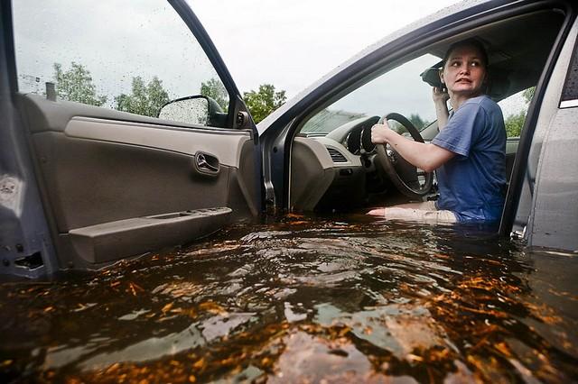 женщина в автомобиле в воде